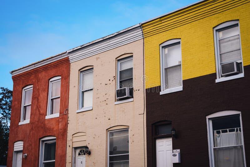 Färgrika radhus i Remington, Baltimore, Maryland royaltyfria foton