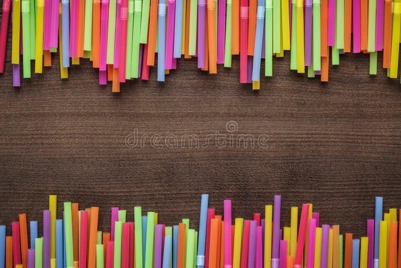 Färgrika randiga bendy coctailsugrör royaltyfri fotografi