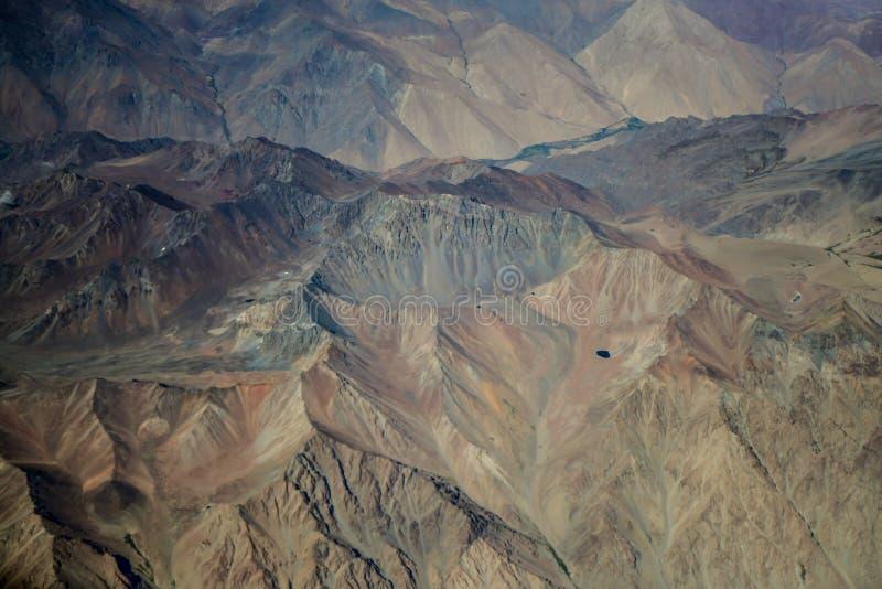 Färgrika regnbågeberg i Peru med sagasikter fotografering för bildbyråer