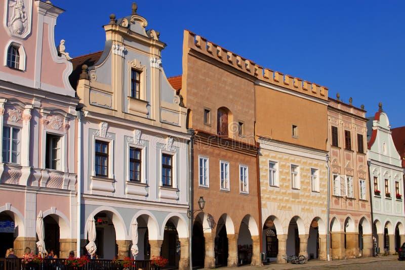 Färgrika renässansstilhus i den Telc fyrkanten - Tjeckien royaltyfri foto