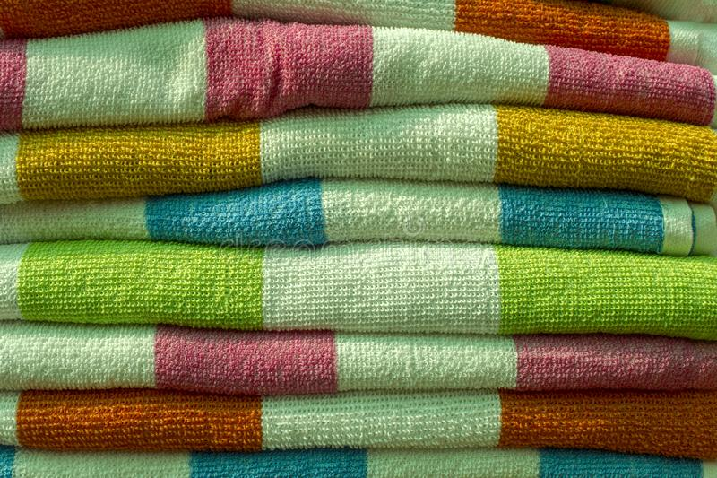 Färgrika rena handdukar är i en bunt arkivfoto