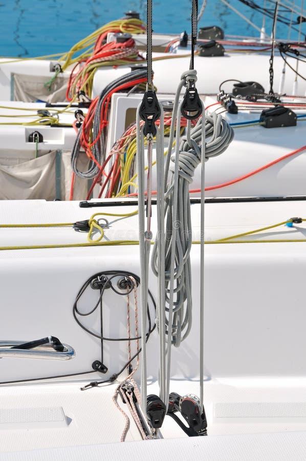 Färgrika rep på segelbåten fotografering för bildbyråer