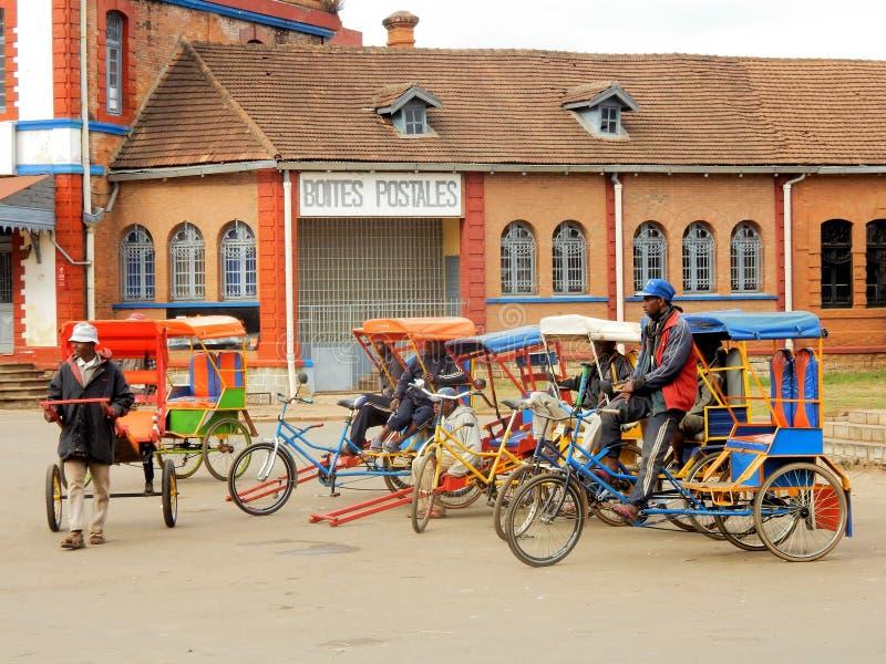Färgrika Rickshaws på stolpen - kontor Antsirabe, Madagascar, arkivbild