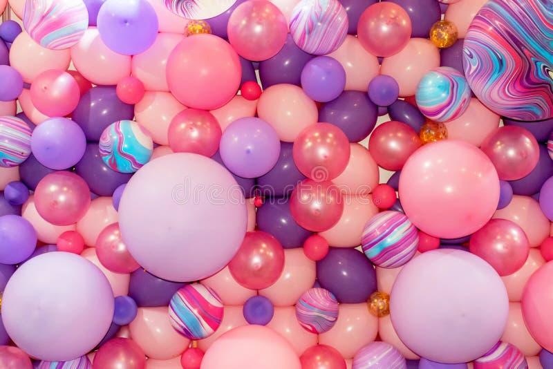 Färgrika rosa färg- och lilaballonger 1 fotografering för bildbyråer