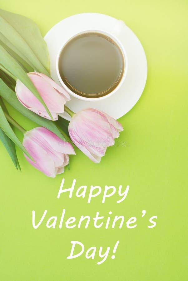 Färgrika rosa färger, fucsia lycklig Valentine' s-dagbakgrund Rosa tulpanblomma på den gröna bakgrunden greeting lyckligt ny arkivfoto