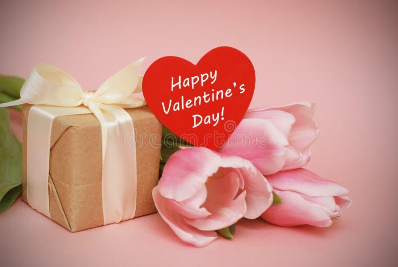 Färgrika rosa färger, fucsia Valentine& x27; hälsning för s-dagbakgrund Rosa tulpanblommor på rosa bakgrund Lyckliga Valentine& x arkivfoton