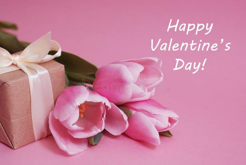 Färgrika rosa färger, fucsia Valentine& x27; hälsning för s-dagbakgrund Rosa tulpanblommor på rosa bakgrund Lyckliga Valentine& x arkivbilder