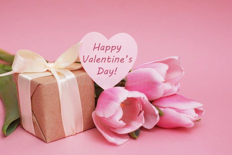 Färgrika rosa färger, fucsia Valentine& x27; hälsning för s-dagbakgrund Rosa tulpanblommor på rosa bakgrund Lyckliga Valentine& x arkivbild