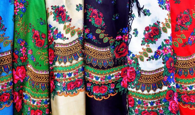 Färgrika rumänska sjaletter royaltyfria bilder