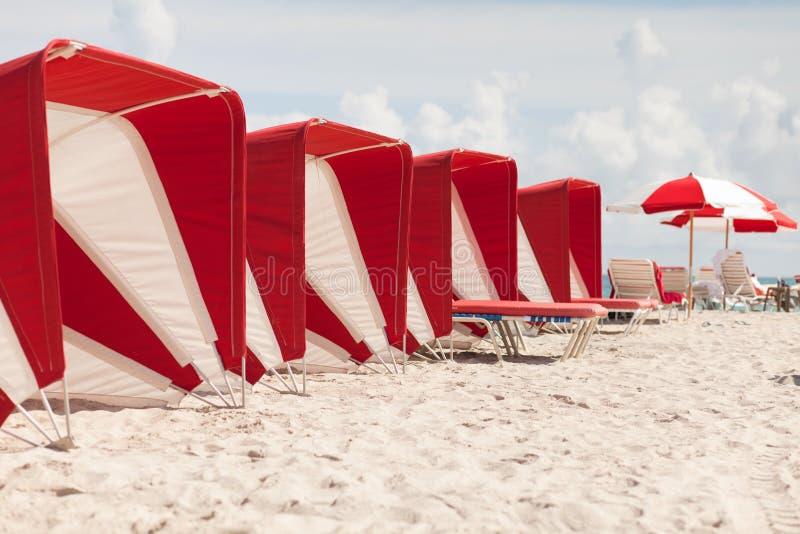 färgrika södra paraplyer för strandcabanas royaltyfria bilder