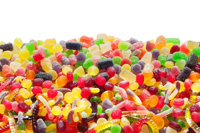 Färgrika sötsaker som isoleras på vit bakgrund fotografering för bildbyråer