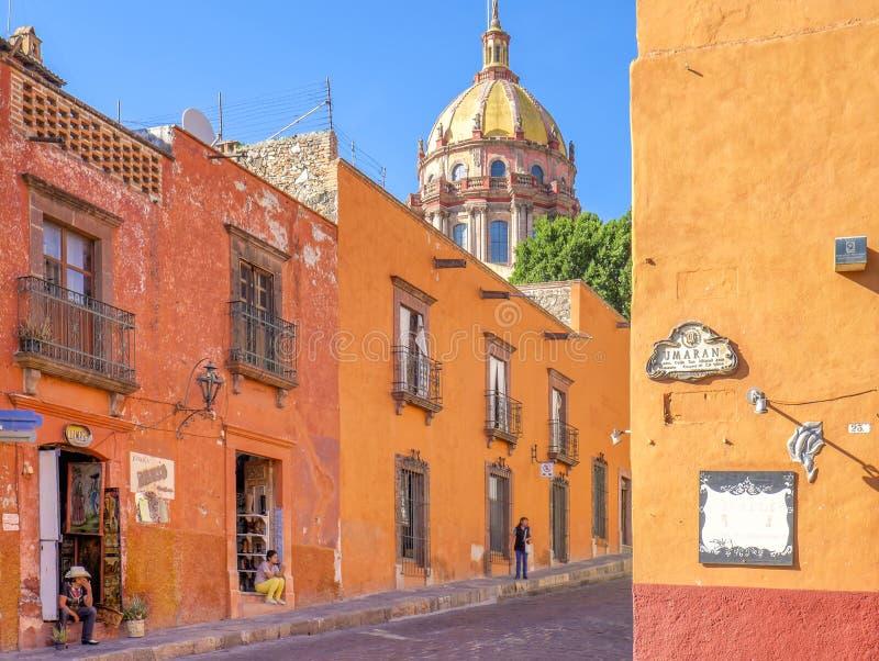 Färgrika San Miguel Street, Mexico royaltyfria foton