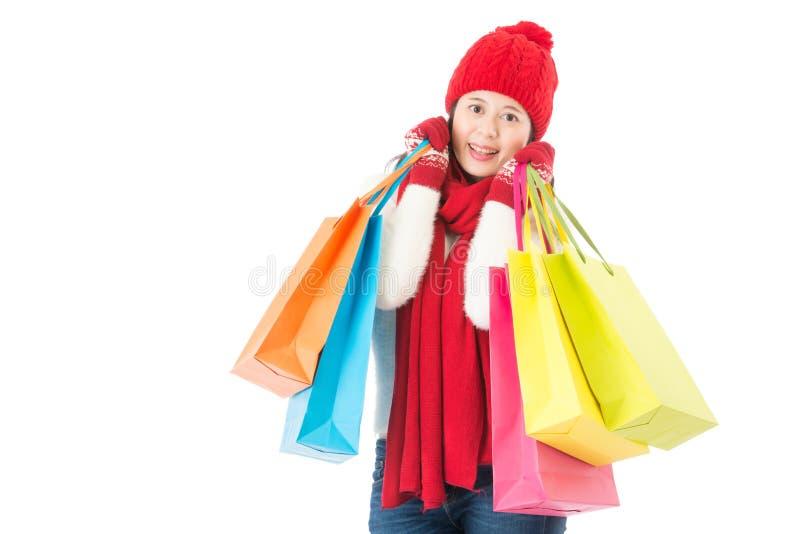 Färgrika shoppingpåsar som rymmer vid den lyckliga nätta asiatiska kvinnan fotografering för bildbyråer