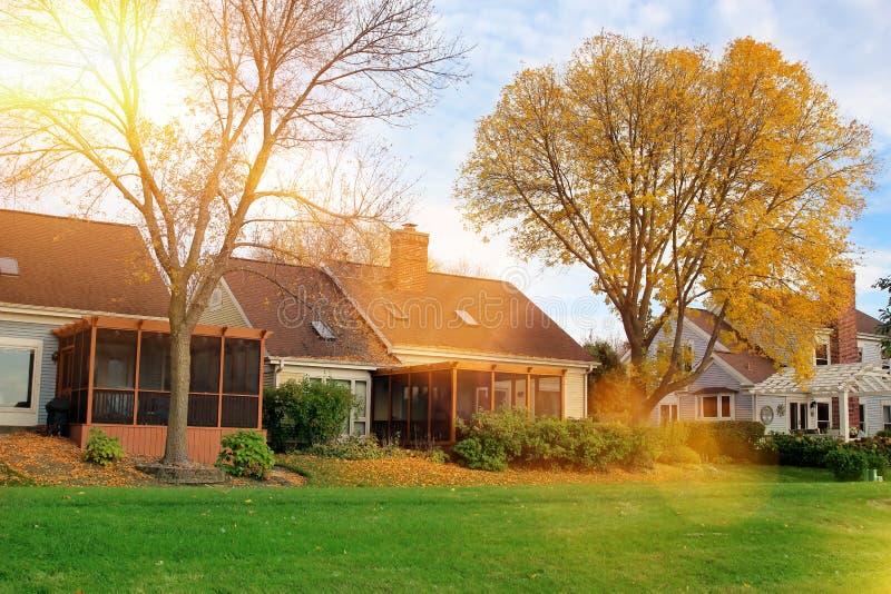 Färgrika sidor i hösten parkerar det härliga huset i den soliga dagen royaltyfria foton