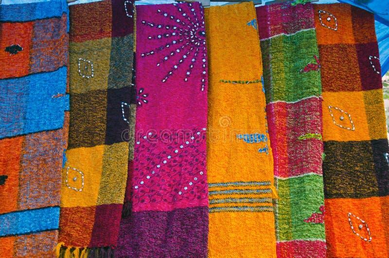 Färgrika sjalar i Indien marknadsför, den Delhi basaren arkivfoton