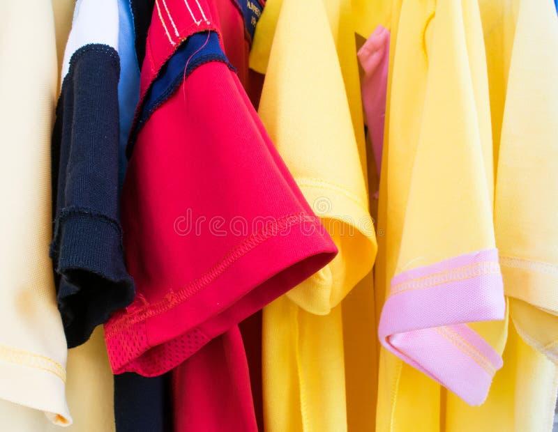 färgrika skjortor arkivfoton