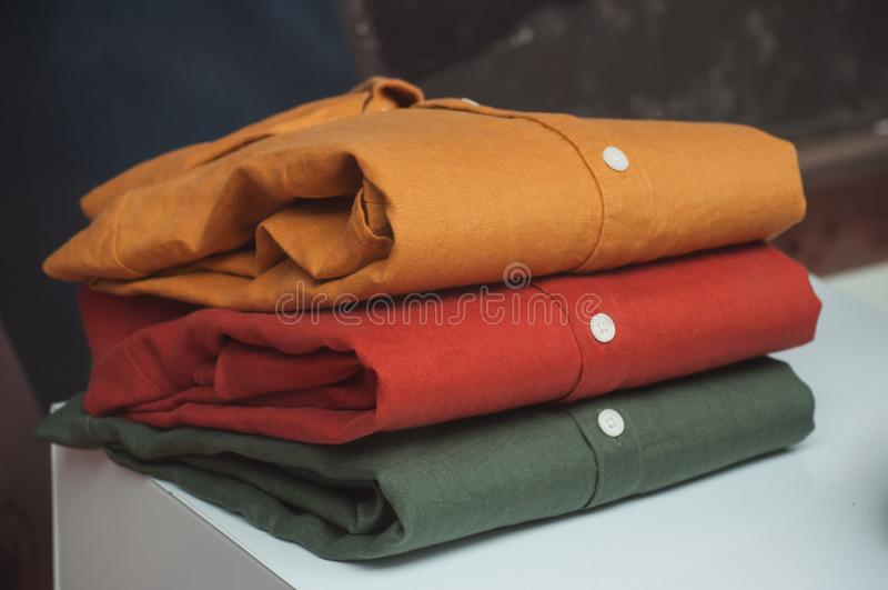 färgrika skjortor ställde in i modelagret för manvisningslokal royaltyfria bilder