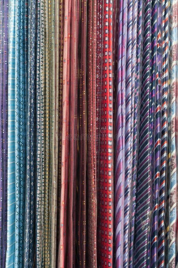 Färgrika slipsar som haning på en kugge royaltyfri bild