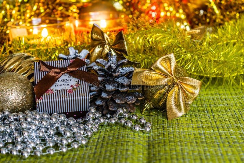 Färgrika små gåvaaskar med gåvor bland julglitter och skinande leksaker och garneringar arkivbilder