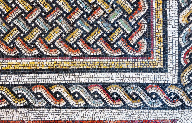 Färgrika små tegelplattor av en forntida golvmosaik arkivfoton