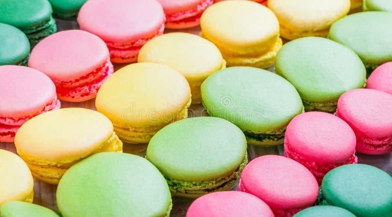 Färgrika smakliga makron, en fransk söt läckerhet, makrontext royaltyfri bild