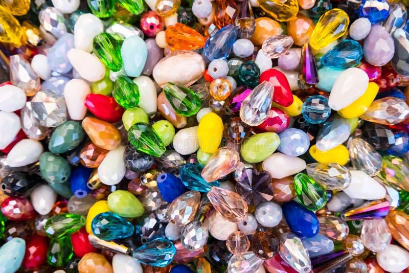 Färgrika smyckenpärlor för exponeringsglas och för sten royaltyfria bilder
