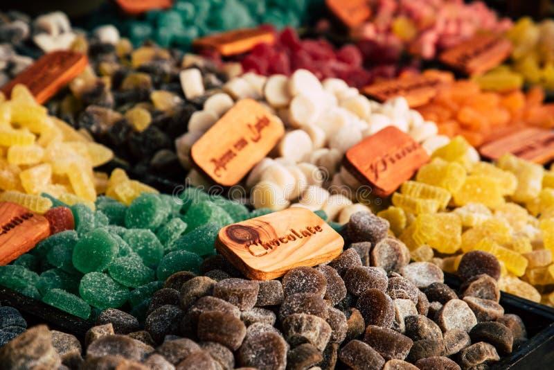 Färgrika sockersötsakgummin och gelébönor på marknad royaltyfri fotografi
