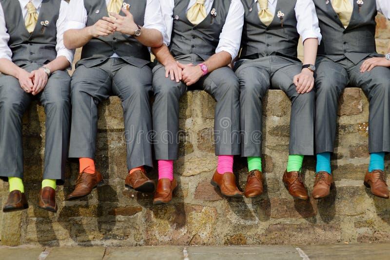 Färgrika sockor av groomsmen arkivbild