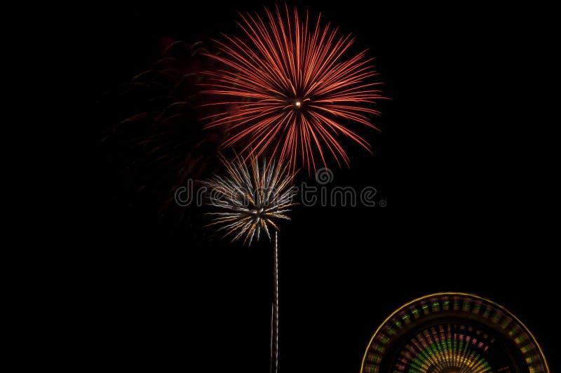 Färgrika sommarfyrverkerier och Ferris Wheel Ride royaltyfri fotografi