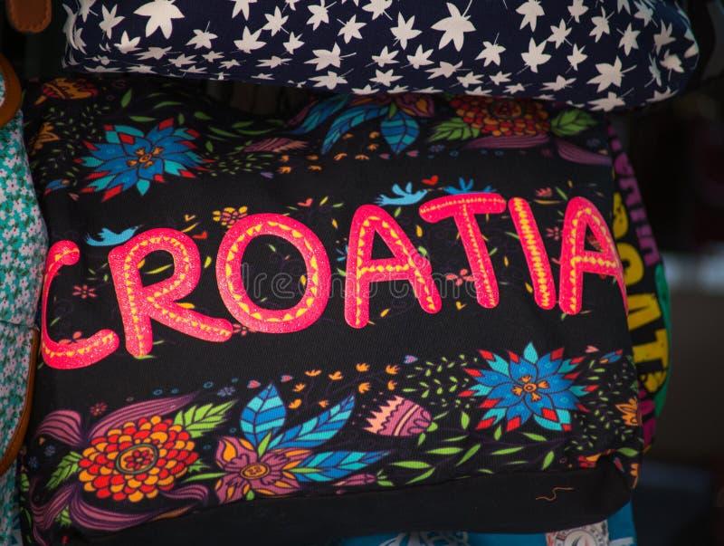 Färgrika souvenirpåsar av Kroatien på försäljning fotografering för bildbyråer