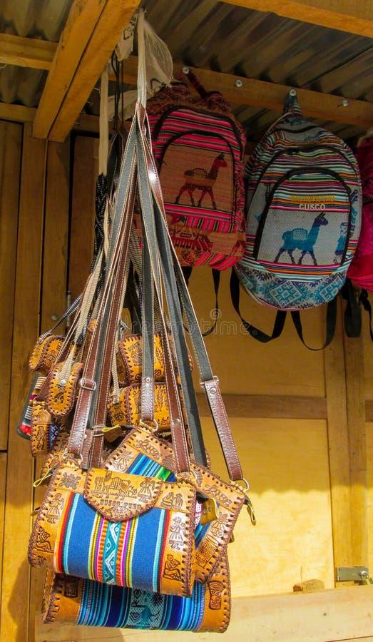 Färgrika souvenirpåsar på marknaden arkivbild