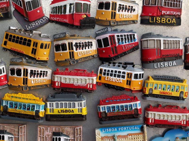 Färgrika spårvagnmagneter i Lissabon på ett bräde arkivbilder