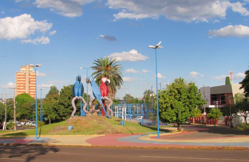 Färgrika statyer av blåa och röda papegojor i stora Campo, Brasilien royaltyfria foton