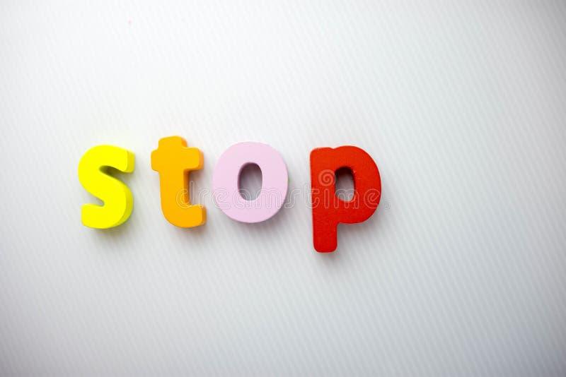 Färgrika stoppbokstäver med vit bakgrund fotografering för bildbyråer