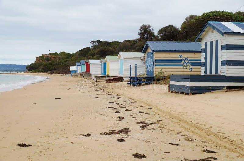 Färgrika strandkabiner i den Mornington halvön i Australien arkivfoto