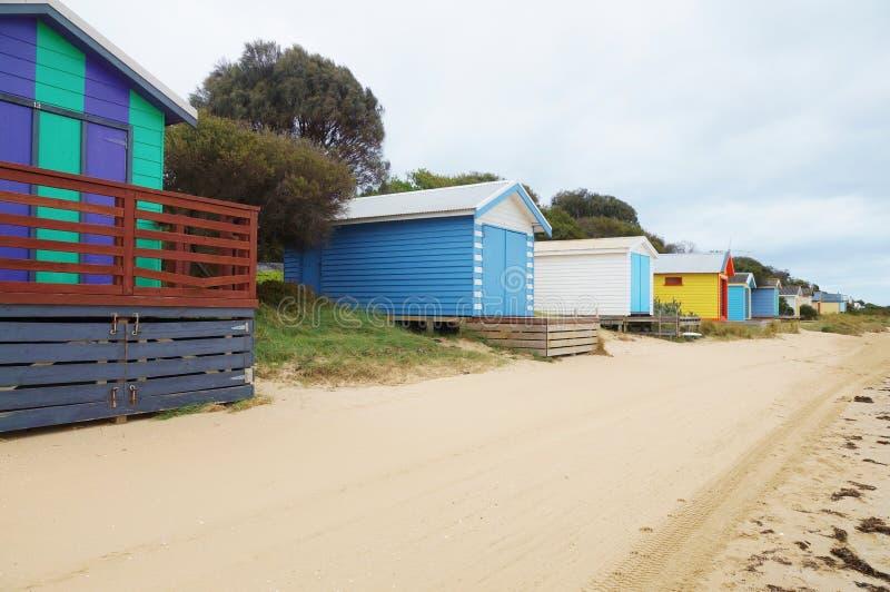 Färgrika strandkabiner i den Mornington halvön i Australien royaltyfria foton