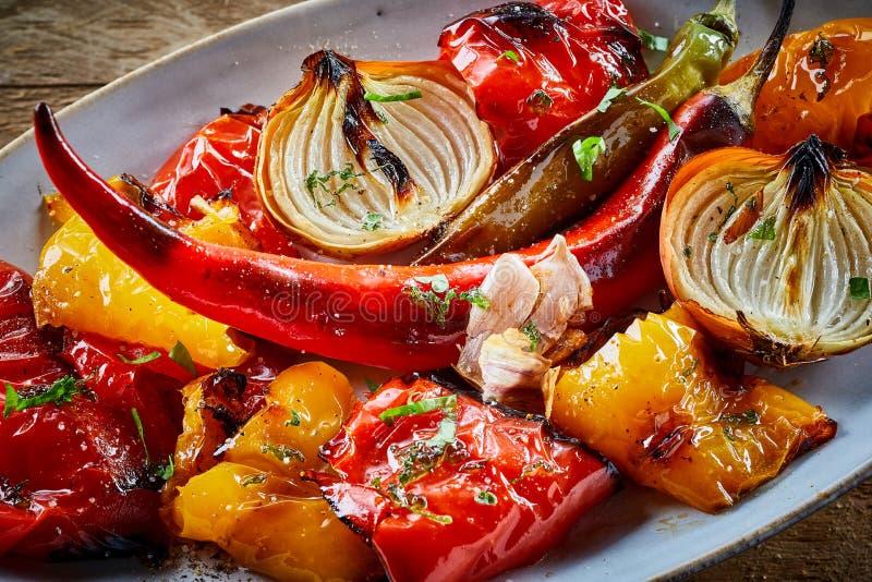 Färgrika sunda grillade eller ugn-bakade grönsaker royaltyfria foton