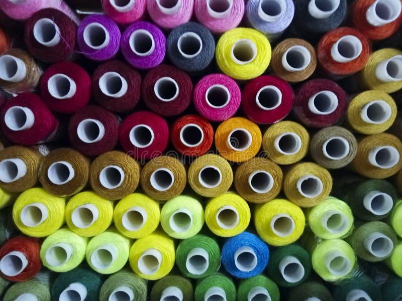 Färgrika sy trådar, bästa sikt arkivbild