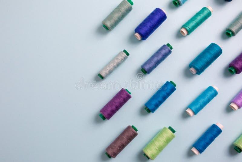 Färgrika sy trådar med tomt utrymme för text, bästa sikt royaltyfri fotografi