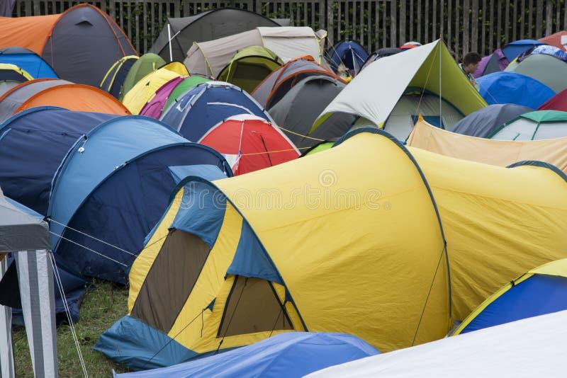 Färgrika tält på en molnig dag royaltyfria bilder