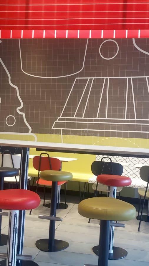 Färgrika tabeller, stolar och stolar arkivbild