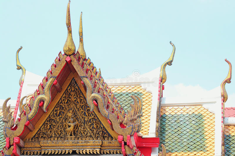 Färgrika taktegelplattor och guld- gaveltopparkitektur royaltyfri fotografi