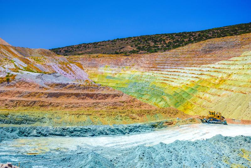 Färgrika terrasser av den geologiska minen i Milosön royaltyfri fotografi