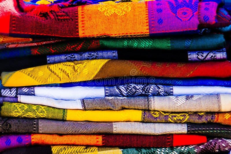 Färgrika textiler på en mexicansk mmarket. fotografering för bildbyråer