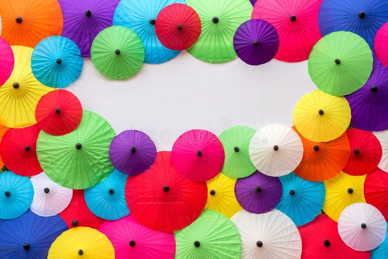 Färgrika thailändska traditionella handgjorda paraplyer arkivfoton