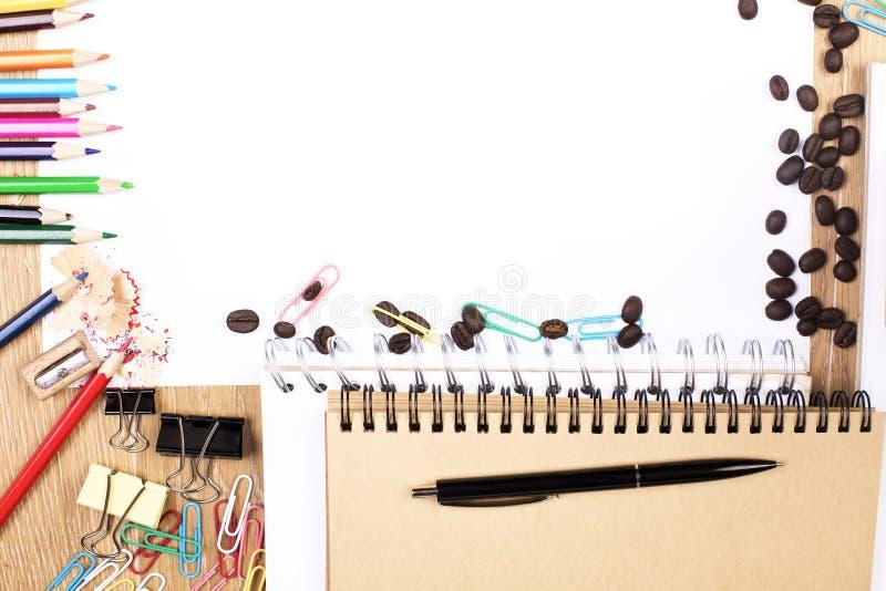 Färgrika tillförsel och tomt papper arkivfoton