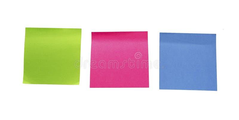 Färgrika tomma klibbiga anmärkningar Minneslistapinne- eller stolpeanmärkning royaltyfri foto