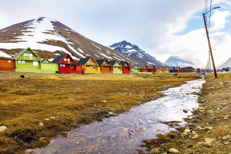 Färgrika trähus på Longyearbyen i Svalbard arkivbild
