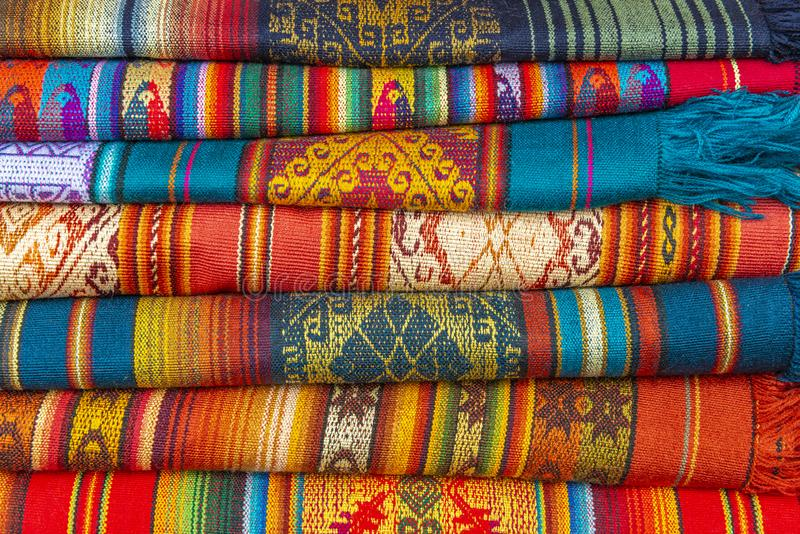 Färgrika traditionella Andean textiler i Cusco, Peru arkivbilder