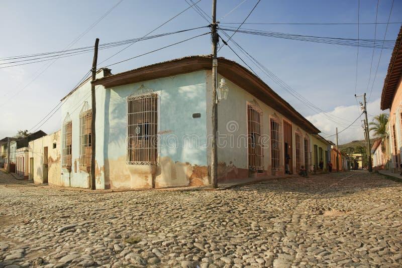 Färgrika traditionella hus i den koloniala staden av Trinidad in arkivbild